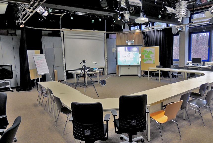 Hier könnte man auch eine Nachrichtensendung drehen: Das AV-Studio in Landau. Foto: Lisa Leyerer