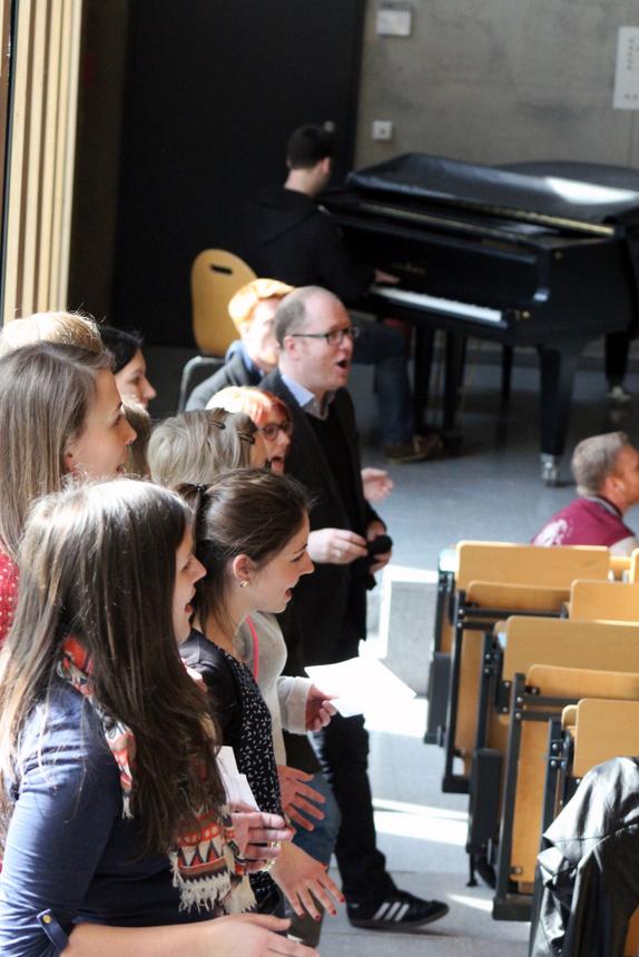 Der-Universitätmusikdirektor-Ron-Dirk-Entleutner-überraschte-zusammen-mit-seinem-Chor-die-Erstsemester-mit-einer-musikalischen-Einlage.-2-001
