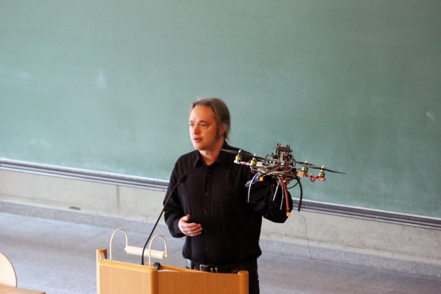 Prof.-Dr.-Hannes-Frey-führte-die-Forschungsdrohne-vor.-001