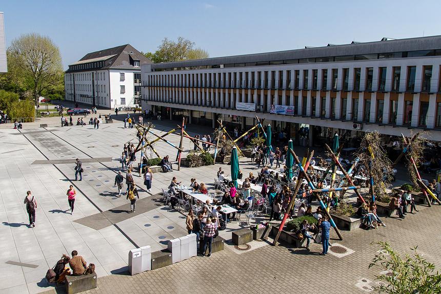 Mikadoplatz bevölkert von Studenten