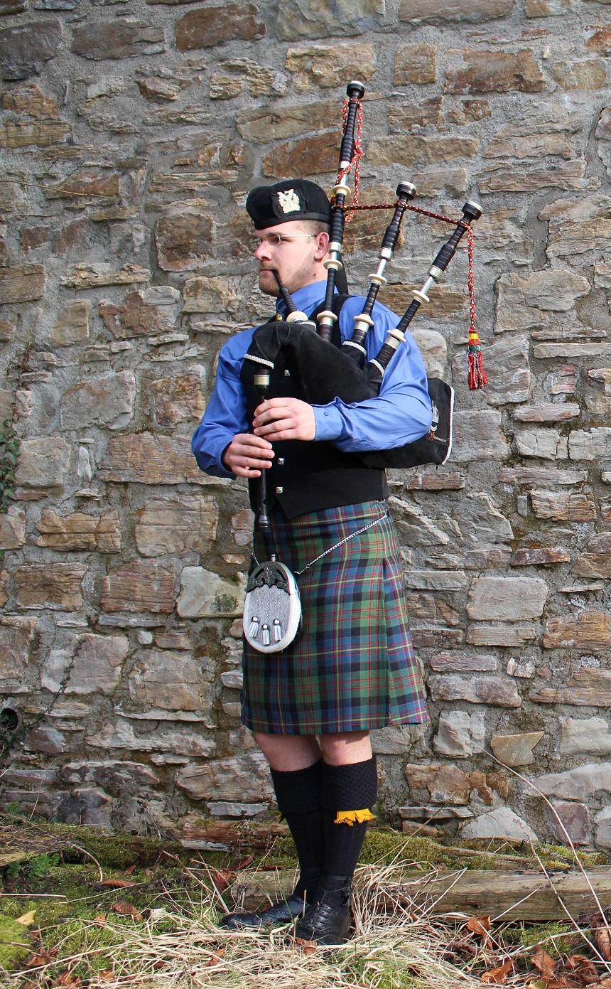 Jan Guretzke im Highlanddress mit seinem Musikinstrument, einem schottischen Dudelsack. Foto: Esther Bauer