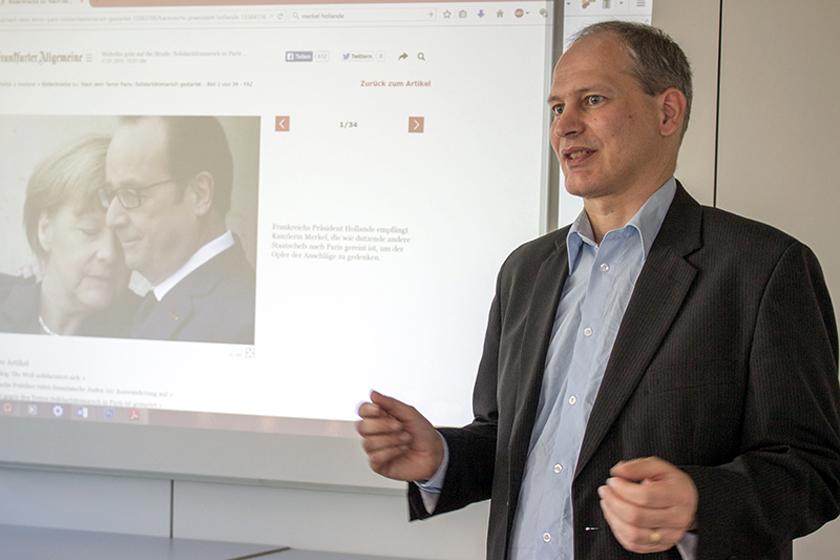 Der Koblenzer Medienwissenschaftler Prof. Michael Klemm beobachtet Politiker ganz genau. Foto: Müller
