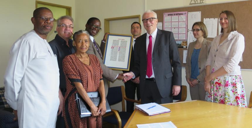 Prof. Dr. Roman Heiligenthal übergibt die Bibelübersetzung voller Freude dem Vice-Chancellor der University of Botswana. Foto: Pütz