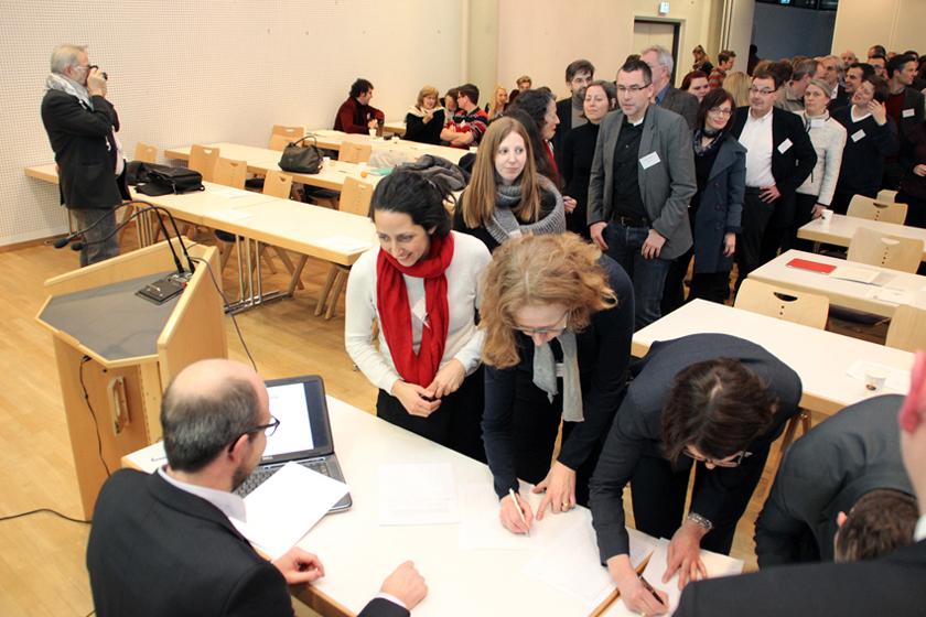 Großer Moment: Die Gründungsmitglieder unterschreiben die erste Satzung der Fachgesellschaft. Foto: Klemm