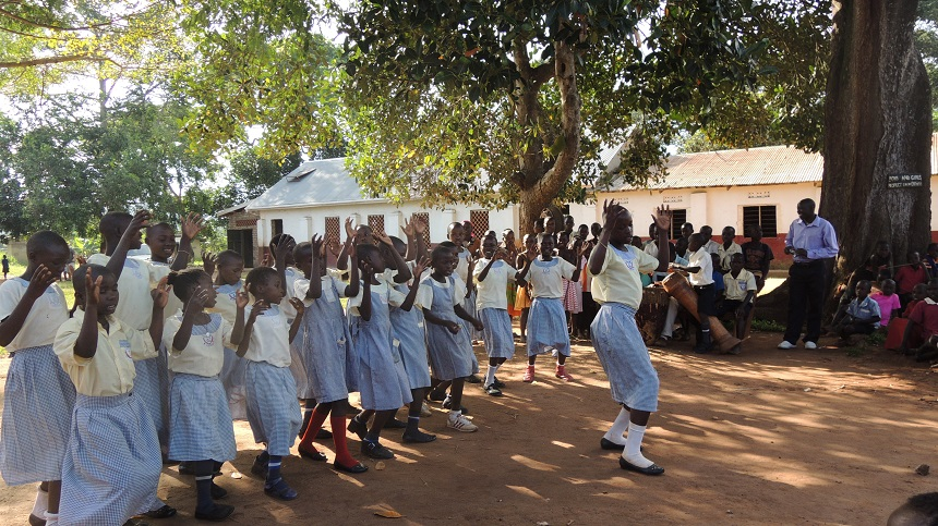Die Kinder der Schule in Uganda bedanken sich mit einem Tanz bei den Ehrenamtlichen. Foto: privat