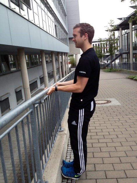 Die Bizepsmuskeln werden trainiert, indem man sich mit gestrecktem Körper (Spannung!) ans Geländer zieht...