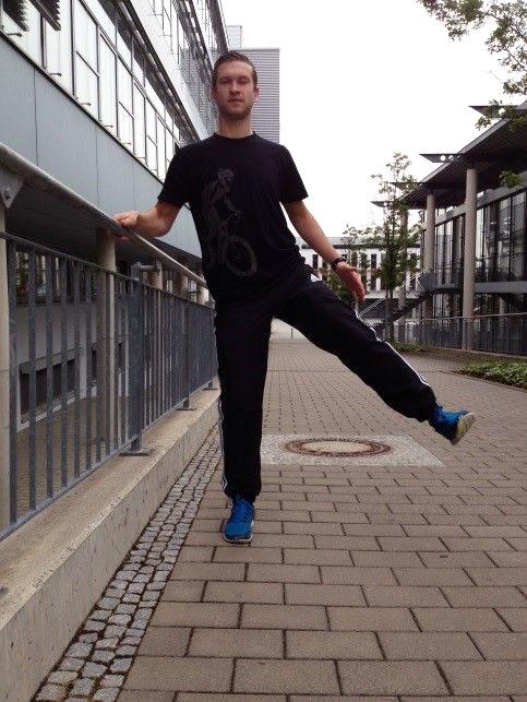 Die Abduktoren trainiert man, indem man jeweils ein Bein gestreckt anhebt und wieder neben das andere stellt.
