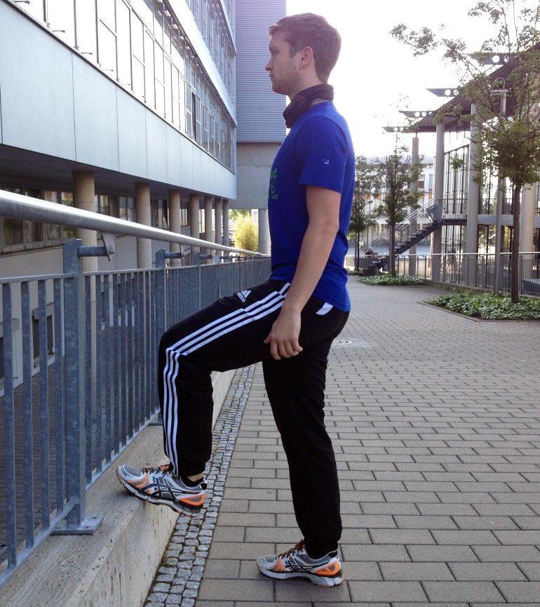 Die Oberschenkel werden durch simuliertes Treppensteigen gekräftigt. Einen Fuß auf eine Stufe setzen...