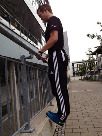 Perfektes Wadentraining: Mit den Fußspitzen an eine Stufenkante stellen...