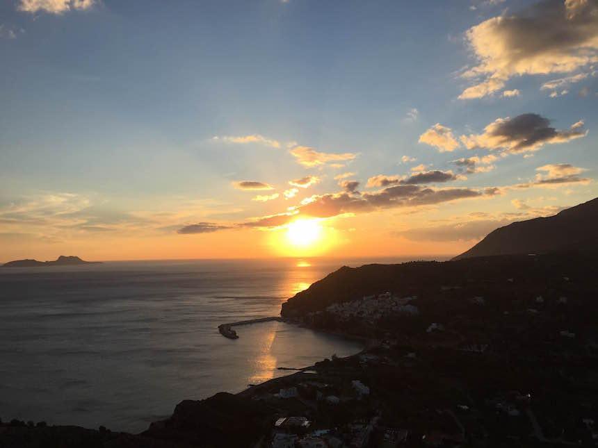 Traumhafter Sonnenuntergang über dem Ort Agia Galini im Süden Kretas.