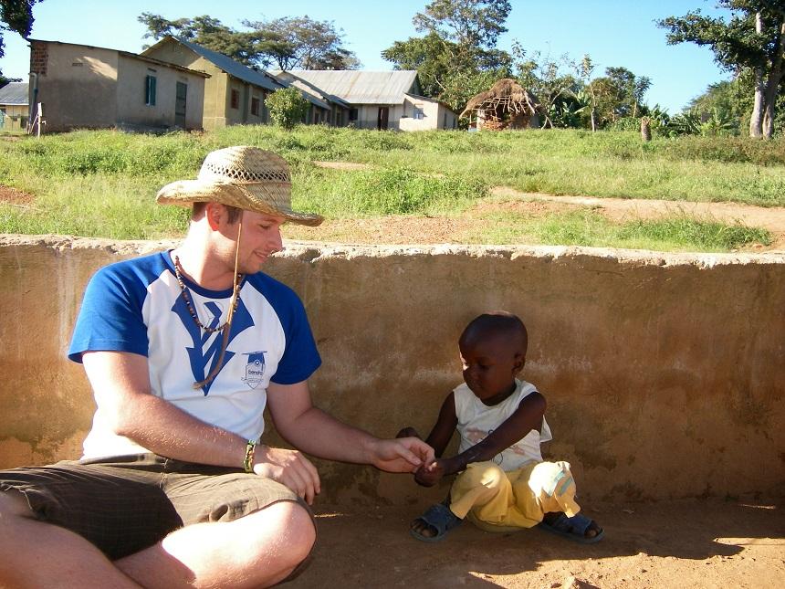 Leist mit einem Kind eines ugandischen Waisenhauses in der Sonne. Foto: privat