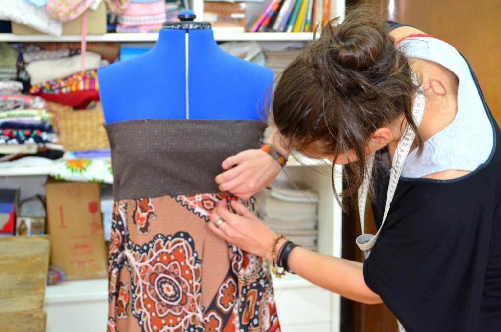 Upcycling: Aus ein paar alten Stücken Stoff wird ein Kleid.