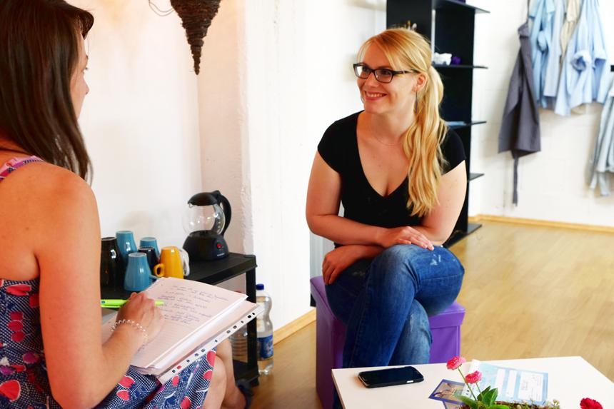 Die Diplom-Pädagogin und Gründerin des Mal Raums Helen Sahm im Gespräch mit Campus-Reporterin Katharina Greb. Foto: Leyerer
