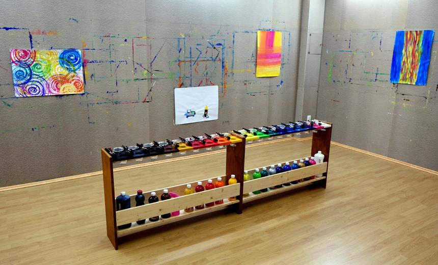 Im Mal Raum Landau muss man weder Pinsel noch Farben mitbringen, alles ist bereits vorhanden.