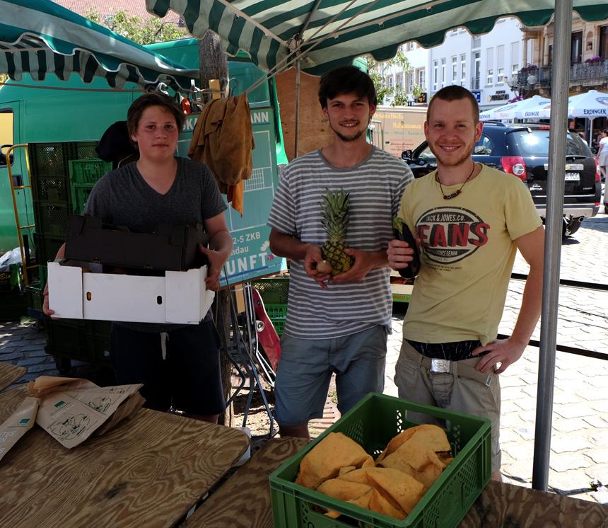 Auch die Verkäufer an den Marktständen freuen sich, dass sie ihre Lebensmittel nicht wegwerfen müssen.