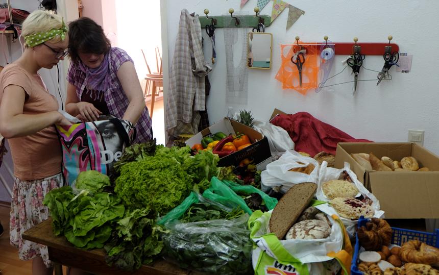 Jede Menge Beute: Die Foodsaver haben auf dem Markt viele frische Lebensmittel gesammelt und packen sie für die Verteilung im Eckhaus aus.