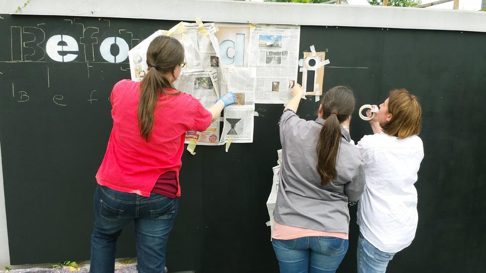 """Dorothee Weber, Viktoria Weber und Studierendenpfarrerin Dr. Anja Lebkücher bringen den Schriftzug """"Before I die"""" an die Wand. Foto: Greb"""
