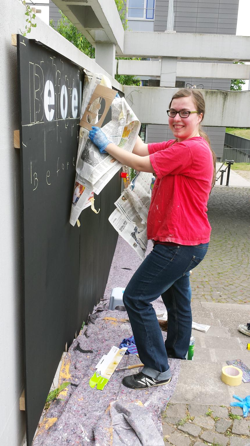 Dorothee Weber hilft, die Tafel anzubringen. Foto: Greb
