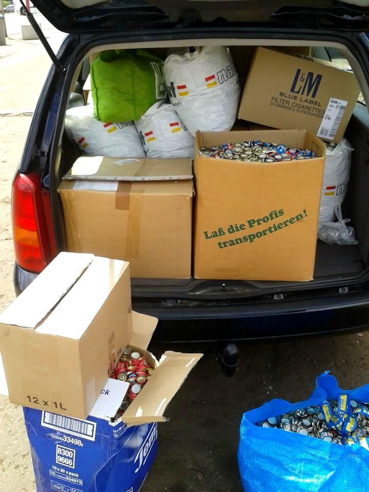 Vollgepackt mit Kronkorken geht es zum Schrotthändler. Foto: Wibke Herbert