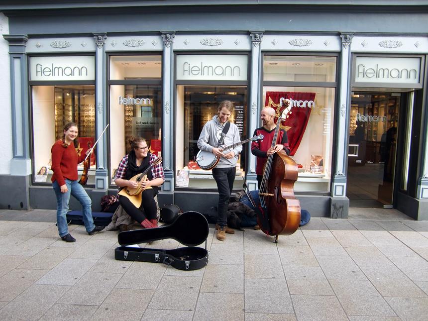 Die RockyTops: Mit Auftritten in der Fußgängerzone von Landau wollen die vier Studierenden das Stadtbild beleben.