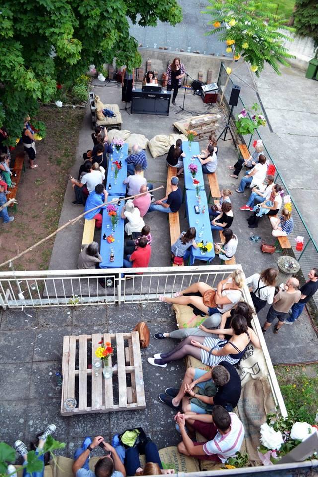 Live-Musik beim Sommerfest im Hof der Katholischen Hochschulgemeinde. Foto: Körber