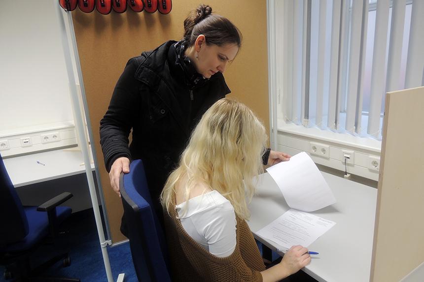 Doktorandin Franziska Ehrke weist eine Versuchsteilnehmerin in die Befragung ein. Foto: Lisa Leyerer