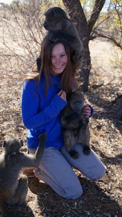 Lisa Kalinowski spielt mit Äffchen während ihres Aufenthalts in der Wildtierauffangstation in Namibia