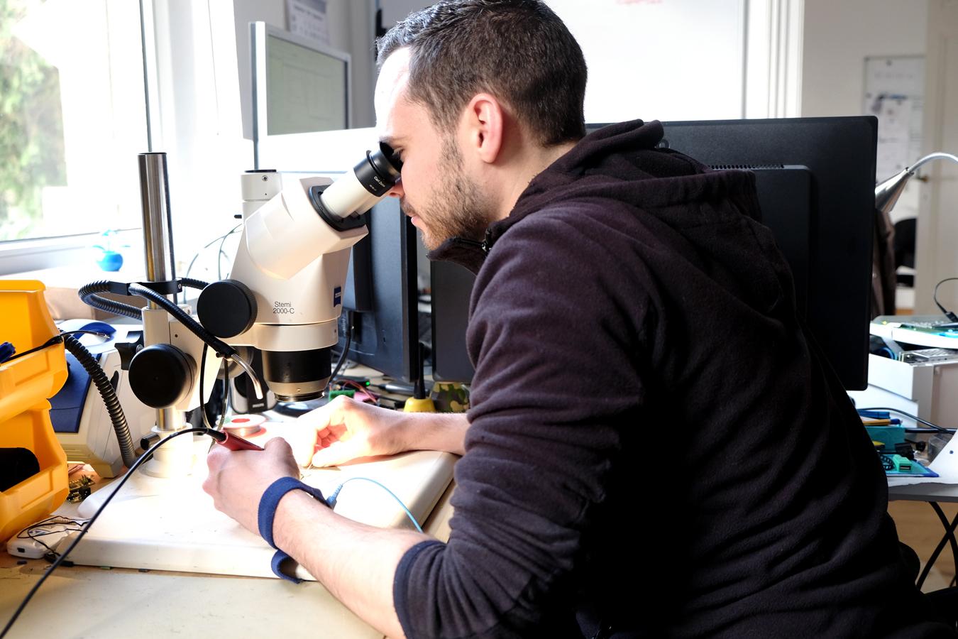 Präzision zählt: Florian Mäck arbeitet am Mikroskop an der Entwicklung von Prototypen. Foto: Leyerer
