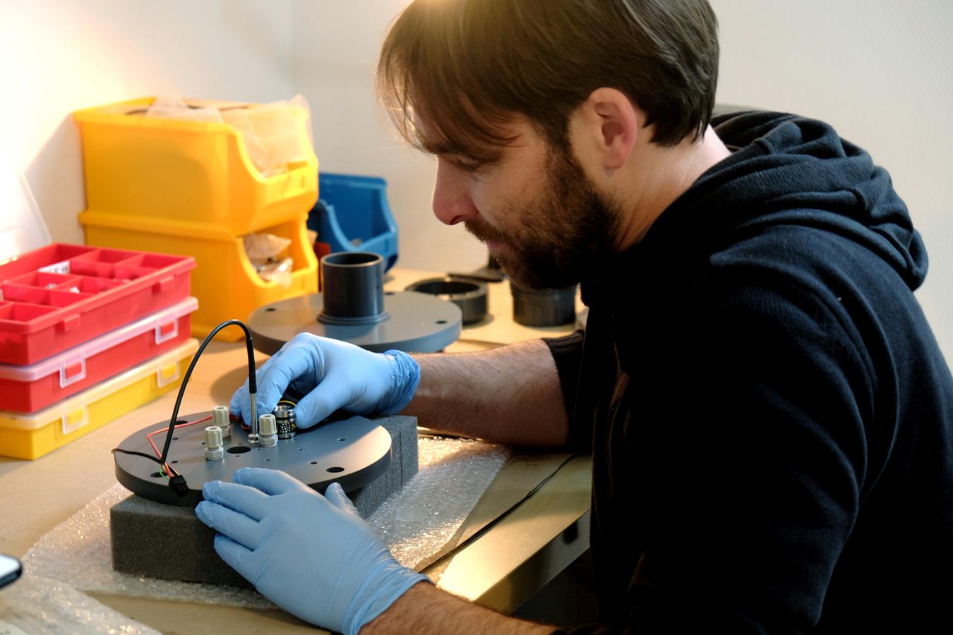 Dr. Andreas Mäck tüftelt an einem Prototypen. Foto: Leyerer