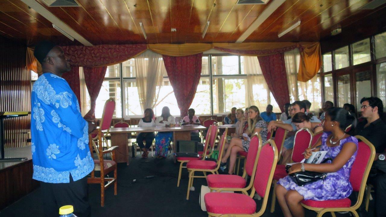 """Dr. Blasius Chiatoh (University of Buea) während seines Vortrags zum Thema """"The national language question in Cameroon"""""""