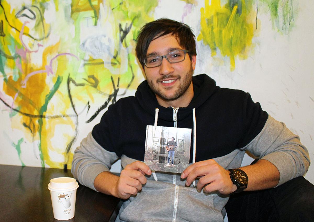 """Der Singer-Songwriter Ijaz Ali ist stolz auf die Veröffentlichung seiner ersten Platte """"Read my mind"""". Foto: Esther Bauer"""