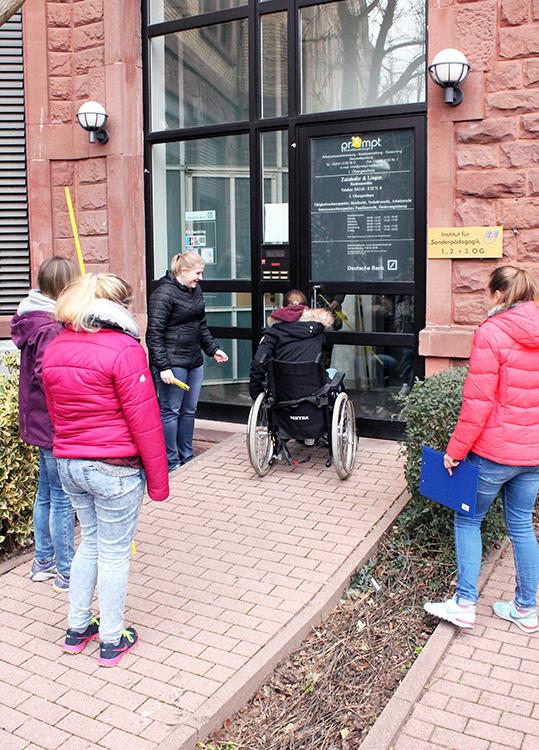 Ist der Eingang zum Institut für Sonderpädagogik wirklich barrierefrei? Helferinnen des Projekts testen es.