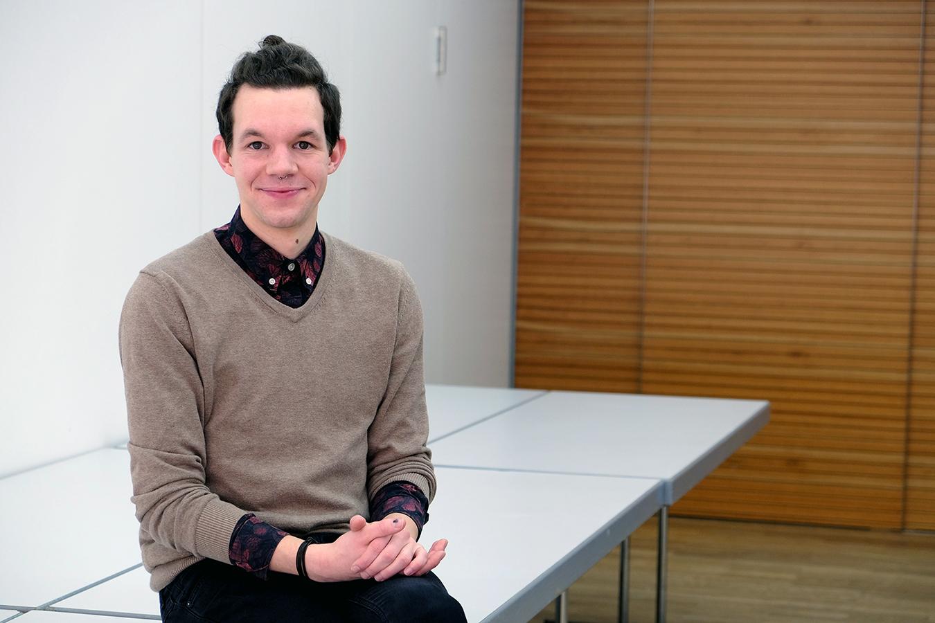 Sebastian Schmitz gehört zu den ersten Studierenden des Ergänzungsfachs Darstellendes Spiel in Landau. Schmitz möchte seine neuen Kompetenzen nutzen, um den Unterricht freier und kreativer zu gestalten. Foto: Lisa Leyerer