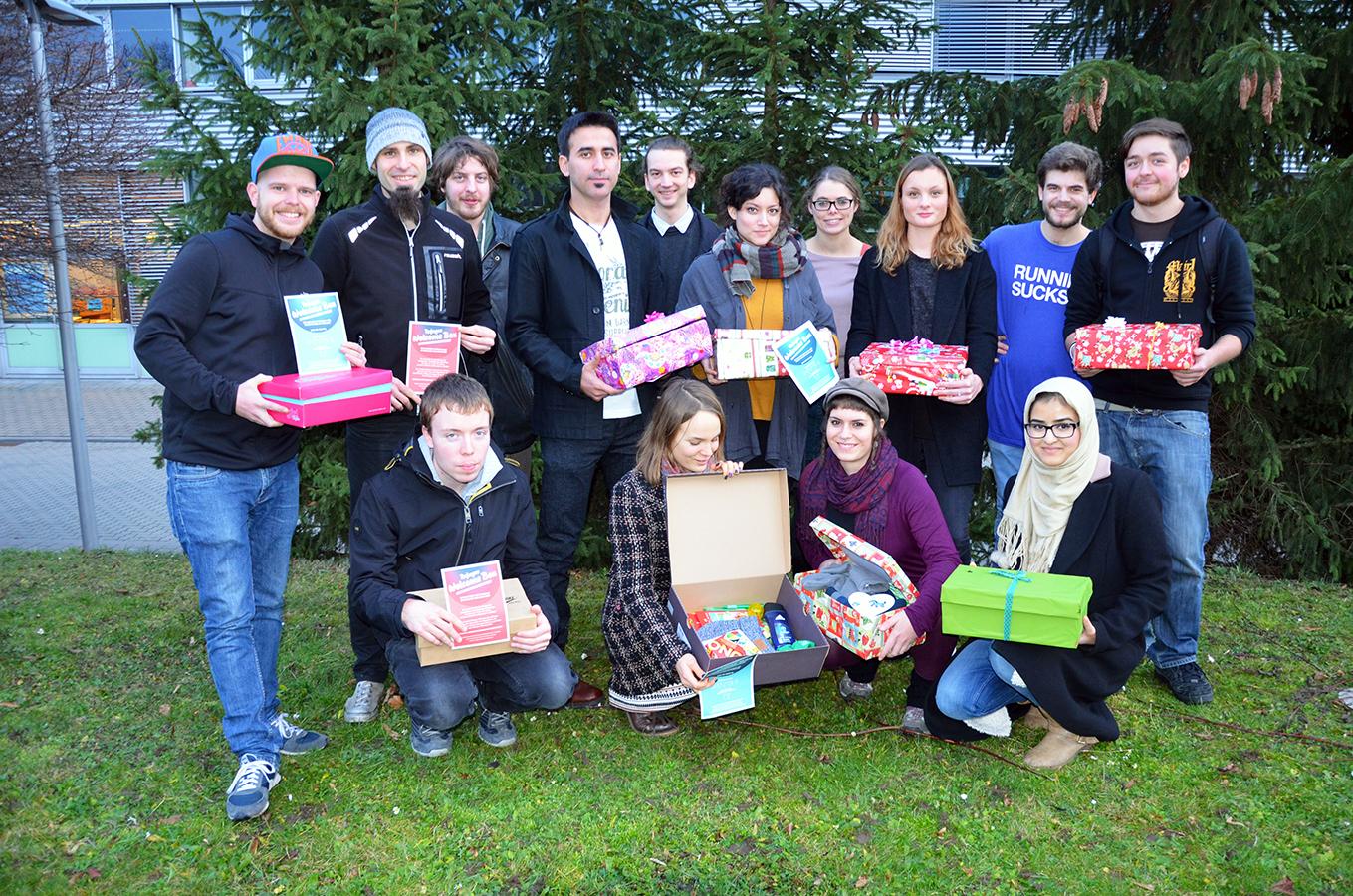 """Der """"Arbeitskreis Refugees"""" verteilt WelcomeBoxen an Flüchtlinge in Koblenz. Viele Freiwillige und auch Geflüchtete selbst beteiligen sich an den vielfältigen Aufgaben des Arbeitskreises. Foto: Hannah Wagner"""