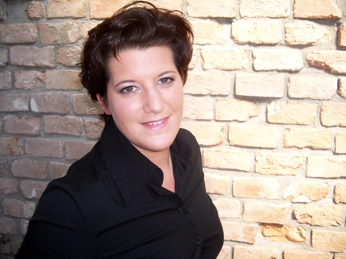 Claudia Detzel zeigt, was man mit einem Pädagogik-Studium für Möglichkeiten hat: Sie ist Leiterin des Referats Personal und Organisationsentwicklung in der Verwaltung des Landkreises Südliche Weinstraße. Foto: Privat.