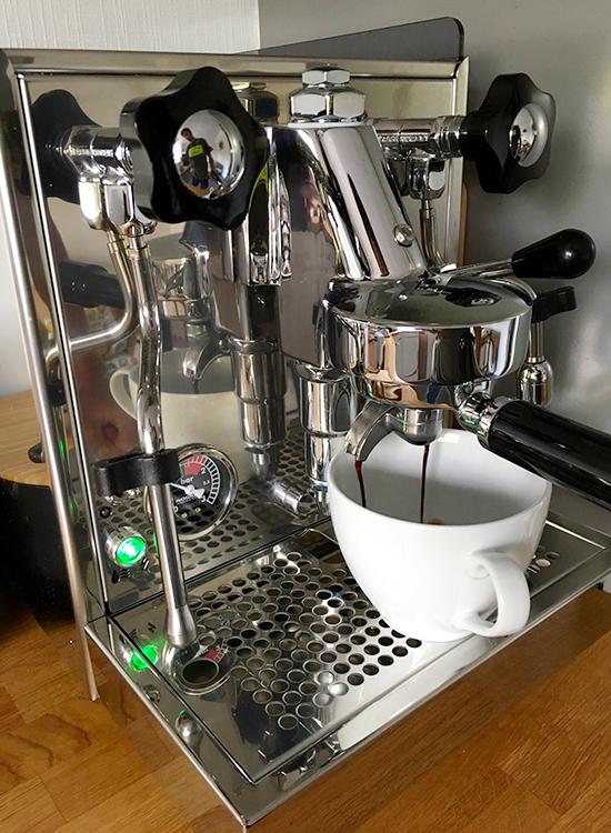 Als passionierter Kaffeetrinker brauche ich nach dem Aufstehen erstmal einen leckeren Cappuccino