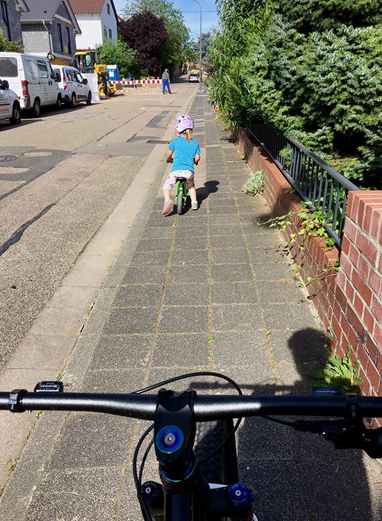 Nach dem Frühstück wird die Kleine in den Kindergarten gebracht, selbstverständlich mit dem Rad, ganz wie der Papa