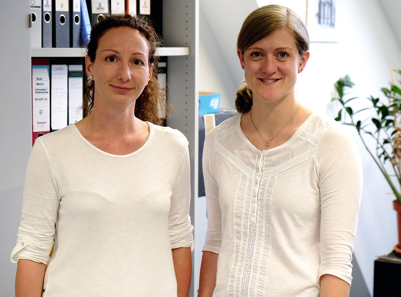 Dr. Evelyn Bytzek und Carolin Jansen forschen am Campus Landau. Während Bytzek für die Organisation im Forschungsschwerpunkt KoMePol zuständig ist, untersucht Jansen die Wirkung von TV-Duellen auf das politische Vertrauen. Foto: Leyerer.