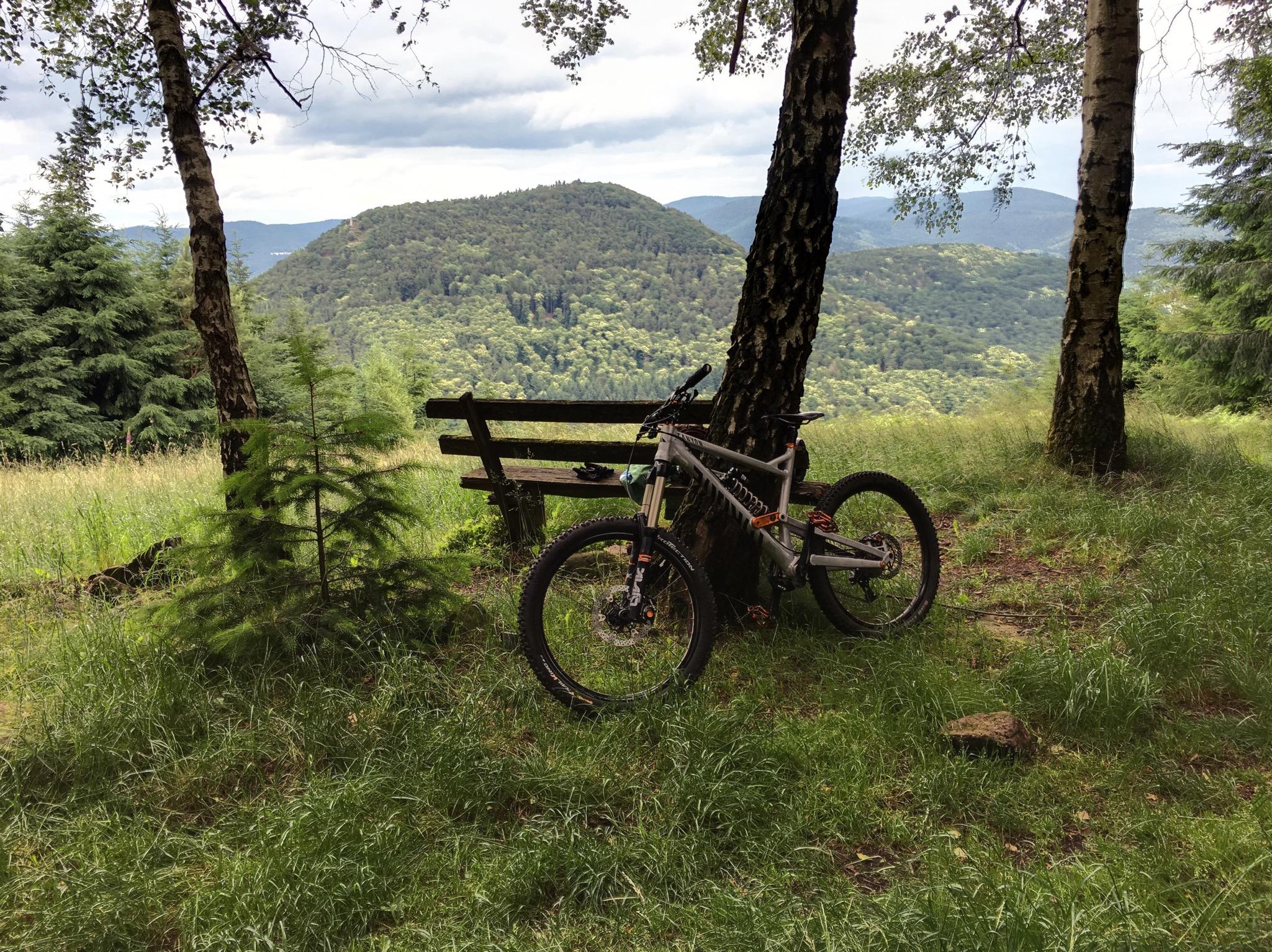 """Nachhause, umziehen und ab aufs Mountainbike: Eine schnelle Runde auf einen der """"Hausberge"""", während die Kleine Mittagsschlaf macht"""