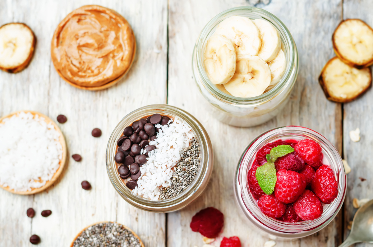 """Chia-Samen machen lange satt und fördern die Verdauung, liest man in den Medien. Andere Lebensmittel sollen die Denkleistung erhöhen. Verbraucher sollten die Versprechen kritisch hinterfragen: """"Begriffe wie Brainfood rufen falsche Assoziationen hervor"""", warnt die Koblenzer Ernährungswissenschaftlerin Manuela Schlich. Für eine ausgewogene Ernährung orientiert man sich am besten am Ernährungskreis. Hübsch angerichtet im Glas zum Beispiel schmeckt es gleich noch besser. Wie wäre es vielleicht mit, Achtung, ein neuer Trendbegriff, Overnight Oats? Zu Deutsch: Haferflocken, die man über Nacht durchziehen lässt und mit Früchten garniert. Foto: Colourbox.de"""