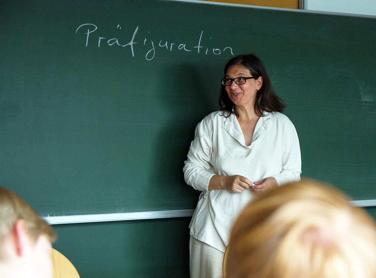 """Dr. Marion Steinicke, Koordinatorin des Forschungsschwerpunktes """"Kulturelle Orientierung und normative Bindung"""" am Campus Koblenz. Foto: Marius Adam"""