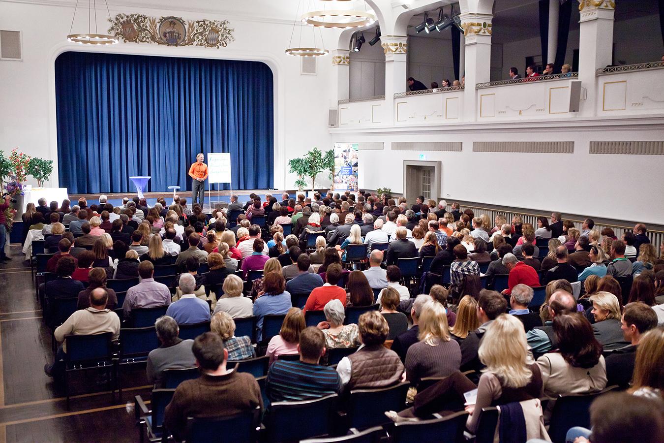 Jeder Stuhl ist besetzt: Baschab füllt die Hallen und tritt in ganz Europa auf..