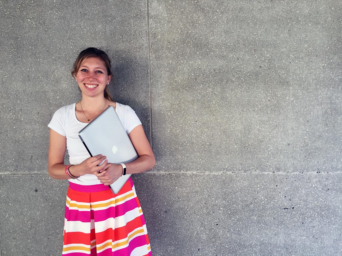 Promotionsstudentin und Campus-Reporterin Constanze Schreiner untersucht, wie Geschichten das menschliche Denken und Handeln beeinflussen. Foto: Schreiner
