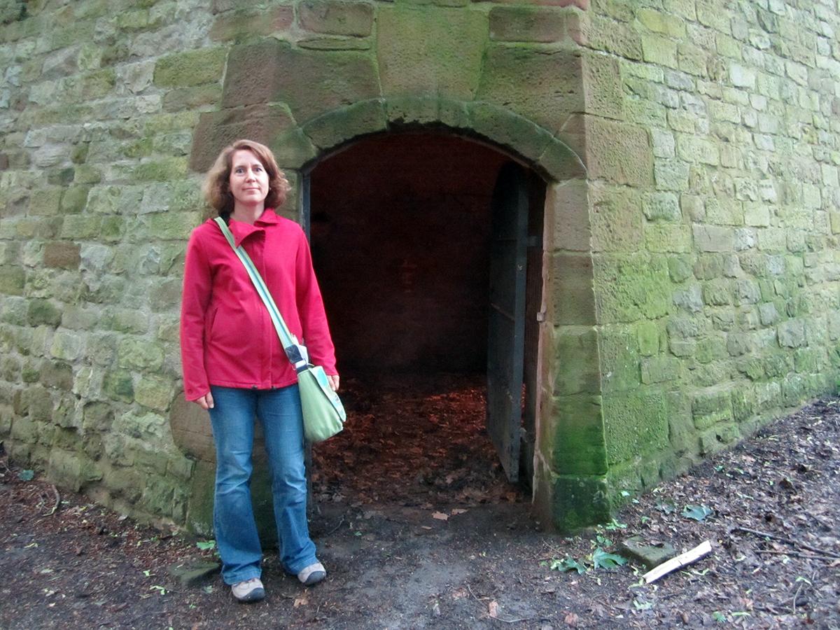 Studierendenpfarrerin Anja Lebkücher führt gern interessierte Studis durch die Gänge der alten Festung.