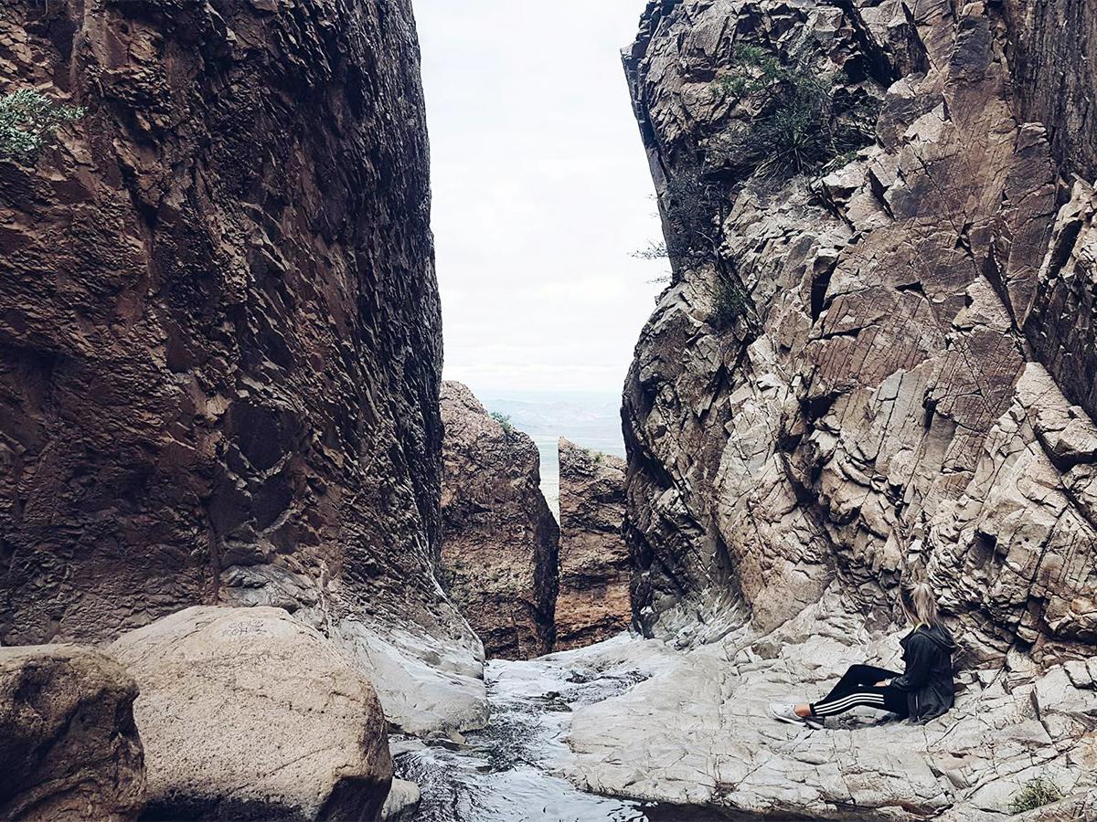 Kaum zu erkennen: Die Pädagogik-Studentin inmitten mächtiger Felsen im Big Bend Nationalpark.