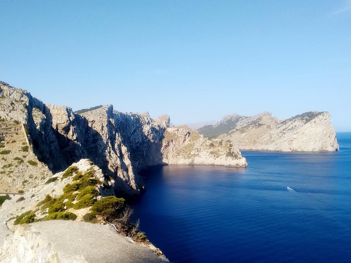 Etwa 300 Meter geht es vor Cap Formentor in die Tiefe. Wie kleine Nussschalen liegen die Boote vor den Klippen, was bei ruhiger See malerisch aussieht.