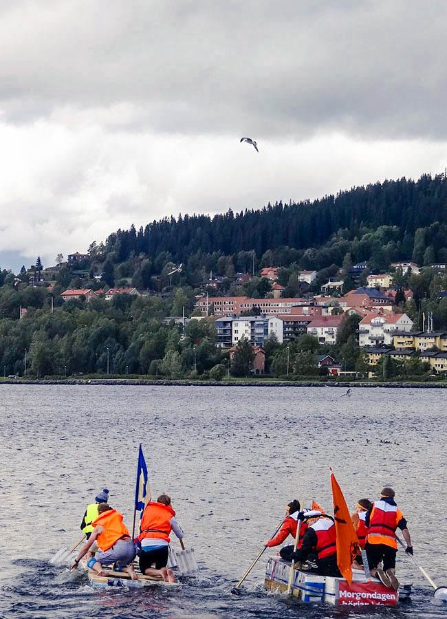 In der Introduction Week wetteifern Erstsemester und Internationals der verschiedenen Fachschaften in verschiedenen lustigen Kategorien gegeneinander. Das Floß wird auf dem See Storsjön in einem Rennen auf seine Tragbarkeit getestet.