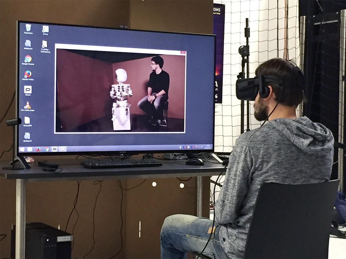 Einige der Studienteilnehmer sehen die aufgezeichnete Szene zwischen Roboy und dem Schauspieler Max in 2D, 3D oder, wie hier zu sehen, zusätzlich durch eine Virtual-Reality-Brille. Foto: Martina Mara