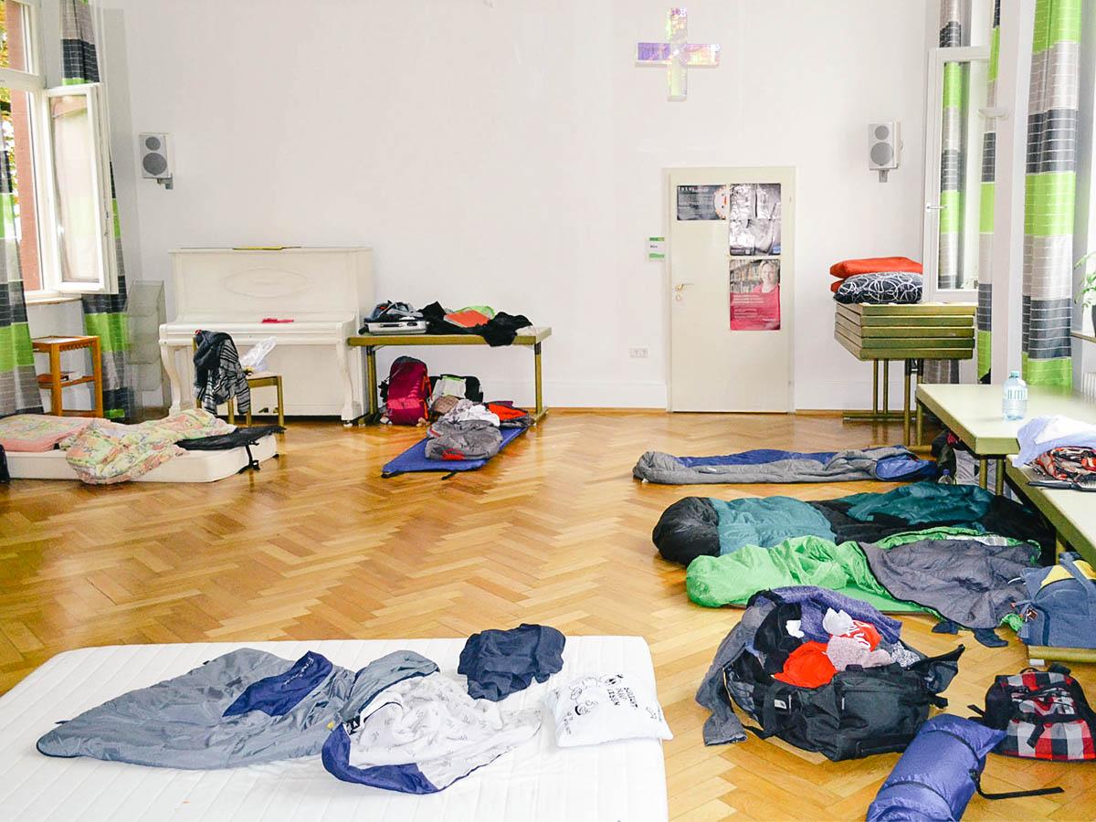Im provisorischen Nachtlager der KHG wurde schon so manche Freundschaft geschlossen. Foto: Körber