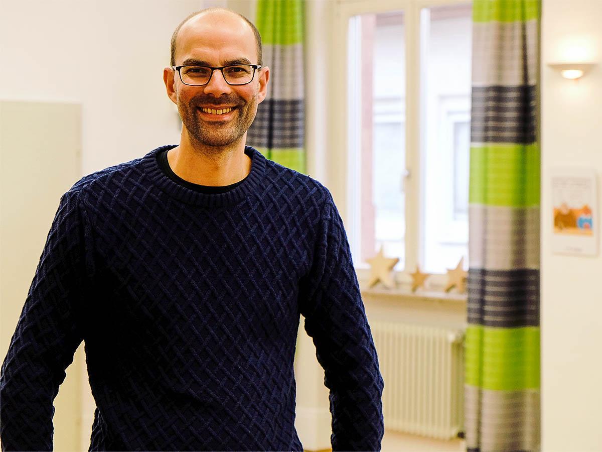In Landau ist Ralf Nico Körber (41) seit 2010 Pastoralreferent. Er schätzt die Arbeit mit jungen Menschen und ist selbst Vater von zwei Kindern. Foto: Lisa Leyerer